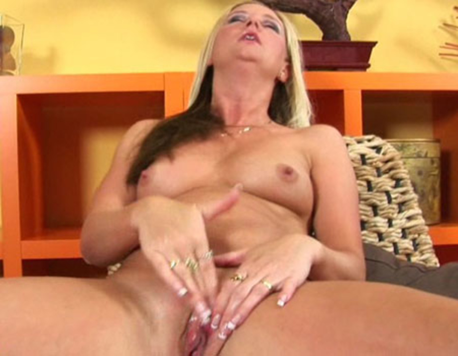 hot mature mom thumbs